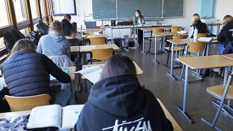 Schüler arbeiten in einem Klassenraum. Foto: Oliver Berg/dpa/Symbolbild