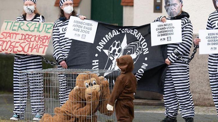 Teilnehmer einer Demonstration der Tierrechtsorganisation Peta. Foto: Sebastian Kahnert/dpa-Zentralbild/dpa