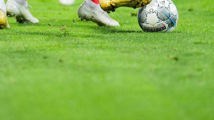 Spieler versuchen an den Ball zu kommen. Foto: Rolf Vennenbernd/dpa/Archivbild