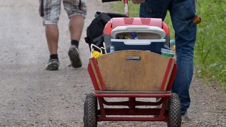 EinBollerwagen wird am Vatertag gezogen. Foto: picture alliance / dpa/Archivbild