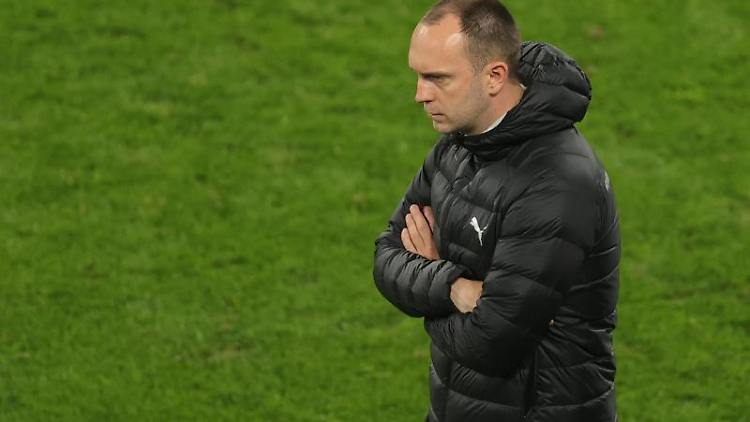 Kiels Trainer Ole Werner steht am Spielfeldrand. Foto: Friedemann Vogel/epa Pool/dpa