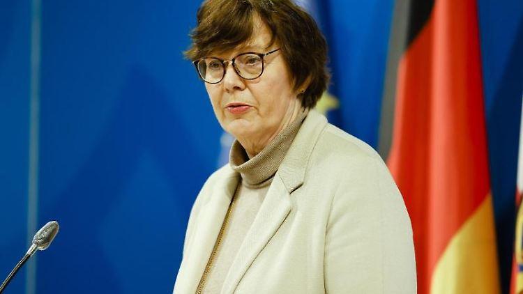 Sabine Sütterlin-Waack spricht bei einer Pressekonferenz. Foto: Frank Molter/dpa/Archivbild