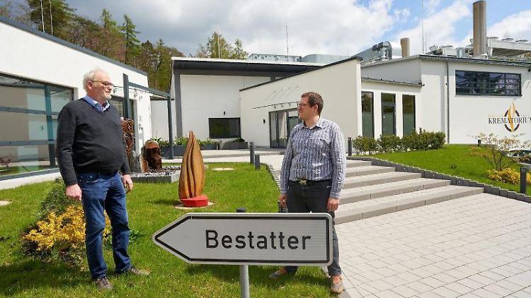 Tobias Klein (r) und Karl-Heinz Könsgen stehen vor Deutschlands größtem Krematorium. Foto: Thomas Frey/dpa