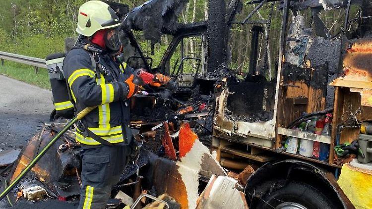 Ein ausgebranntes Wohnmobil steht auf der Autobahn. Foto: -/Feuerwehr Dinslaken/dpa/aktuell