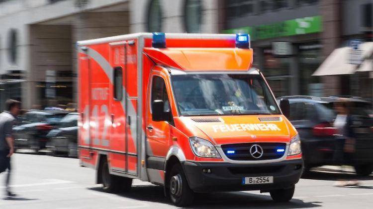 Ein Rettungswagen fährt mit Blaulicht über eine Kreuzung. Foto: picture alliance / Lino Mirgeler/dpa/Symbol