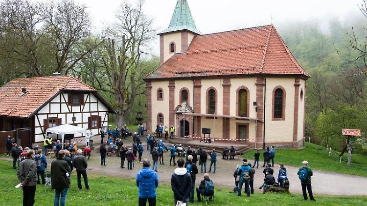 Gläubige stehen bei der alternativen Männerwallfahrt. Foto: Swen Pförtner/dpa
