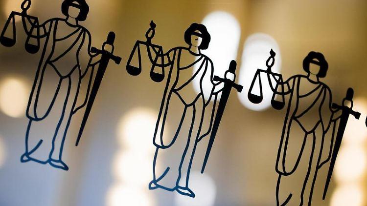 Justitia-Abbildungen sind zu sehen. Foto: Rolf Vennenbernd/dpa/Archivbild