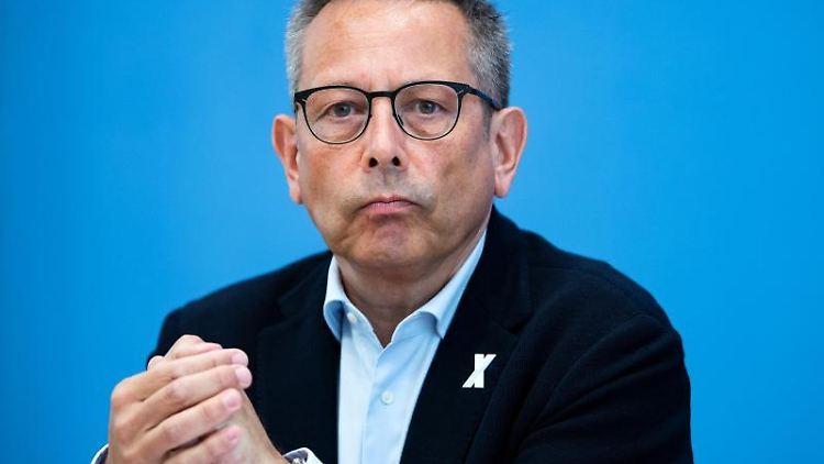 Johannes-Wilhelm Rörig spricht bei einer Pressekonferenz. Foto: Bernd von Jutrczenka/dpa/Archivbild