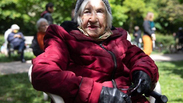 Die Holocaust-Überlebende Esther Bejarano nimmt an einer Lesung teil. Foto: Christian Charisius/dpa/Archivbild