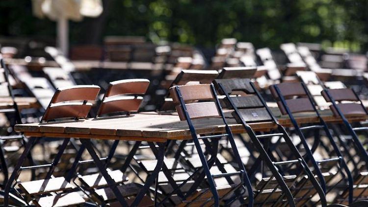 Mehrere Stühle sind in einem geschlossenen Biergarten im Tiergarten an die Tische angelehnt. Foto: Fabian Sommer/dpa/Archivbild