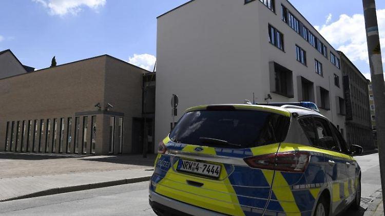 Ein Polizeiwagen steht vor der Synagoge in Gelsenkirchen. Foto: Roberto Pfeil/dpa