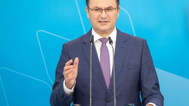 Albert Füracker (CSU), Finanzminister von Bayern, spricht während Pressekonferenz. Foto: Daniel Karmann/dpa/aktuell