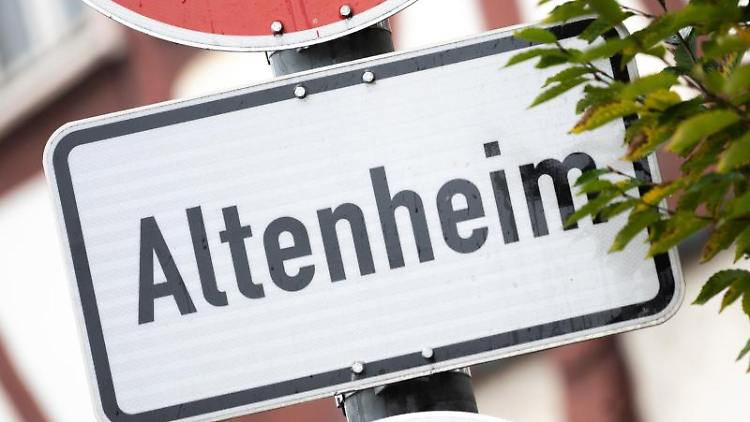 Ein Schild weist auf ein Altenheim hin. Foto: Sebastian Gollnow/dpa/Symbol