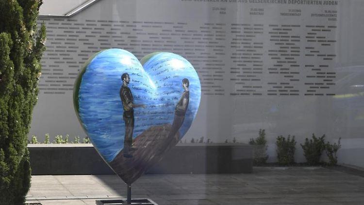 Ein Herz zum Gedenken an die aus Gelsenkirchen deportierten Juden steht im Gebäude der Synagoge. Foto: Roberto Pfeil/dpa