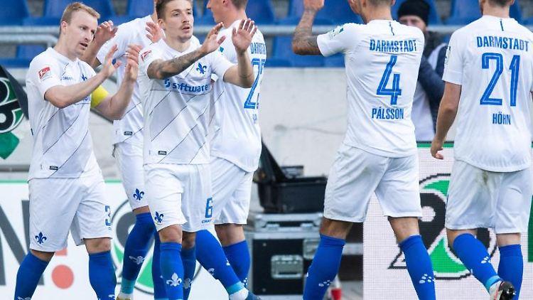 Darmstadts Marvin Mehlem (3.v.l) freut sich über einen Treffer mit seinen Mannschaftskollegen. Foto: Julian Stratenschulte/dpa/Archiv