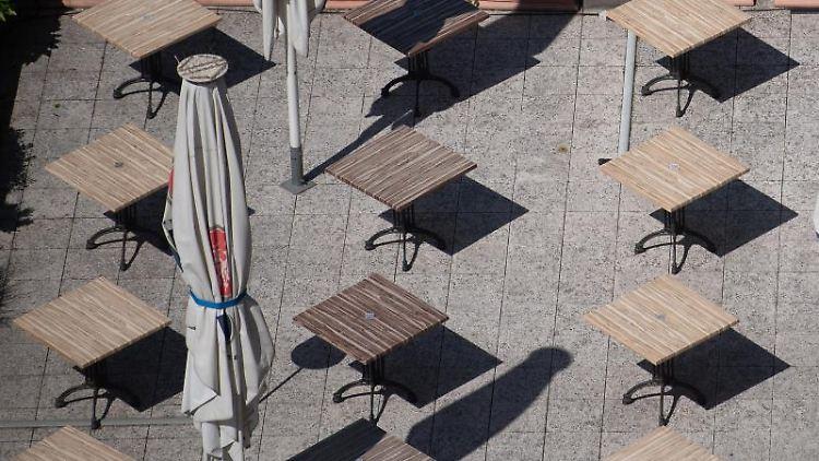 Der geschlossene Außenbereich eines Restaurants. Foto: Sebastian Gollnow/dpa