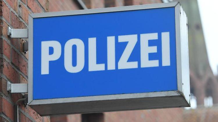 """Ein Schild mit dem Schriftzug """" Polizei"""" hängt an einer Polizeiwache. Foto: Stefan Sauer/dpa-Zentralbild/dpa/Symbol"""