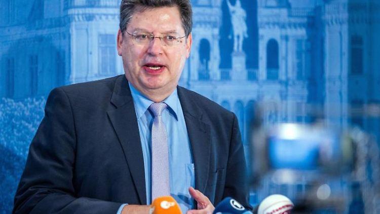 Reinhard Meyer (SPD), der Finanzminister von Mecklenburg-Vorpommern, spricht. Foto: Jens Büttner/dpa-Zentralbild/dpa/Archivbild