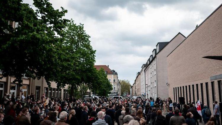 Menschen stehen auf dem Platz vor der Synagoge. Foto: Fabian Strauch/dpa/Archivbild