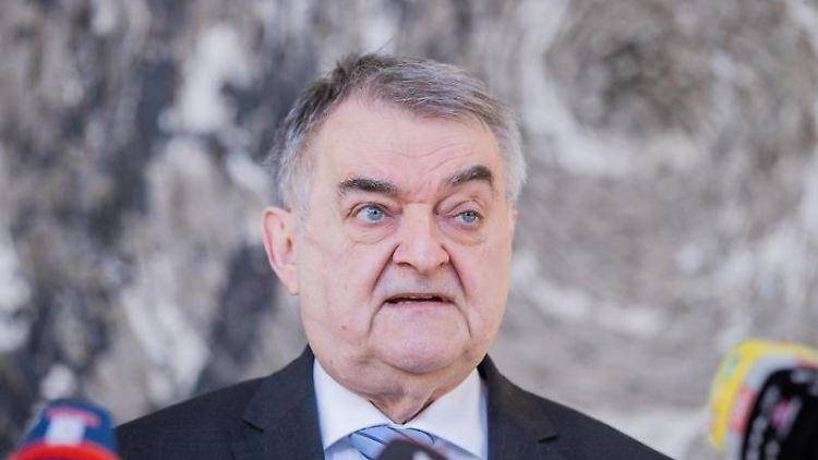 Herbert Reul (CDU), Innenminister von Nordrhein-Westfalen, spricht. Foto: Rolf Vennenbernd/dpa/Archivbild
