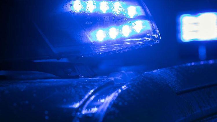 Blaulicht auf einem Polizei-Fahrzeug. Foto: Jens Büttner/ZB/dpa/Archivbild