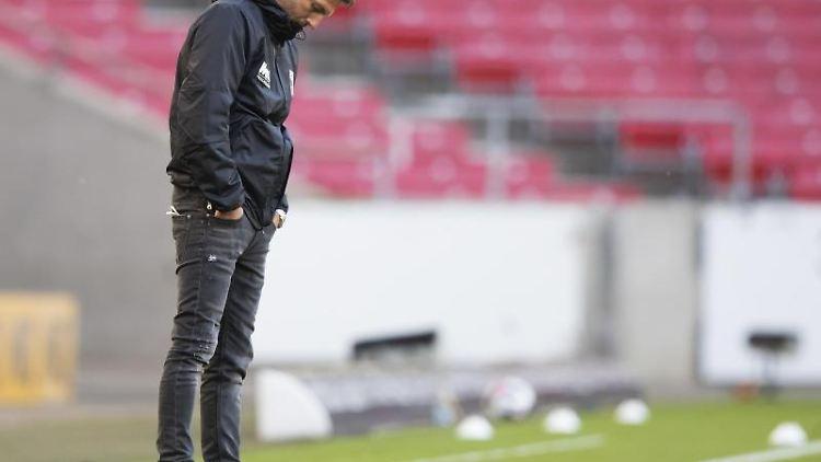 Augsburgs Trainer Markus Weinzierl reagiert unzufrieden. Foto: Tom Weller/dpa/archivbild
