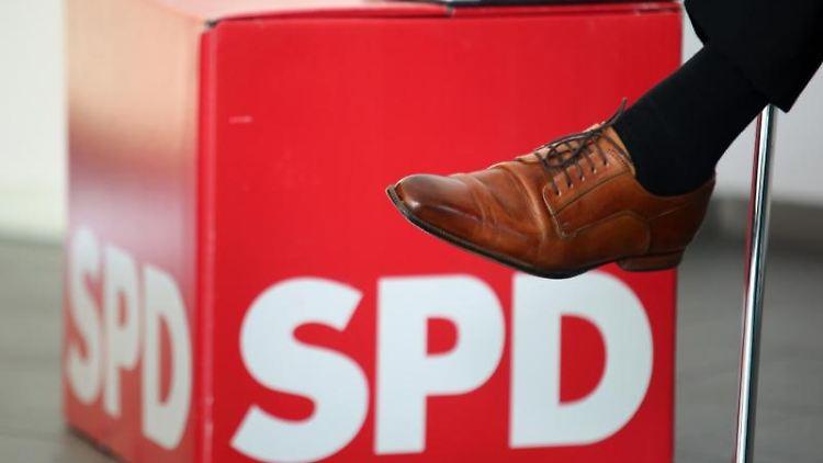 Ein Fuß vor einem SPD Logo. Foto: Matthias Bein/dpa-Zentralbild/ZB/Symbolbild
