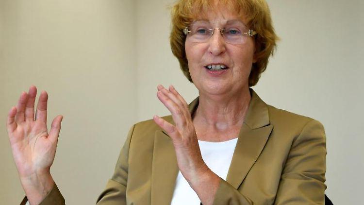 Martina Wenker, Präsidentin der Ärztekammer Niedersachsen, gestikuliert. Foto: Holger Hollemann/dpa