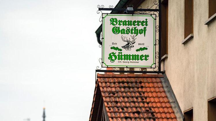 Blick auf das Schild des Brauerei-Gasthofs Hümmer. Foto: Nicolas Armer/dpa