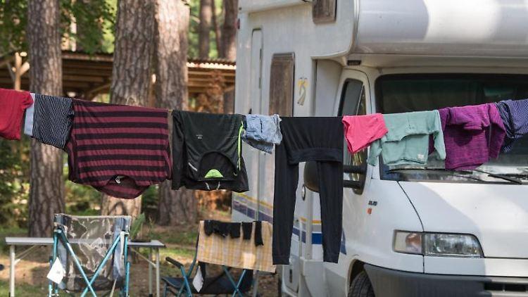 Wäsche hängt auf einer Leine vor einem Wohnmobil. Foto: Patrick Pleul/dpa-Zentralbild/dpa/Archiv