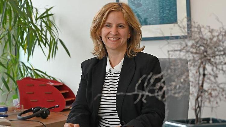 Katrin Eder sitzt an ihrem Schreibtisch. Foto: Peter Zschunke/dpa