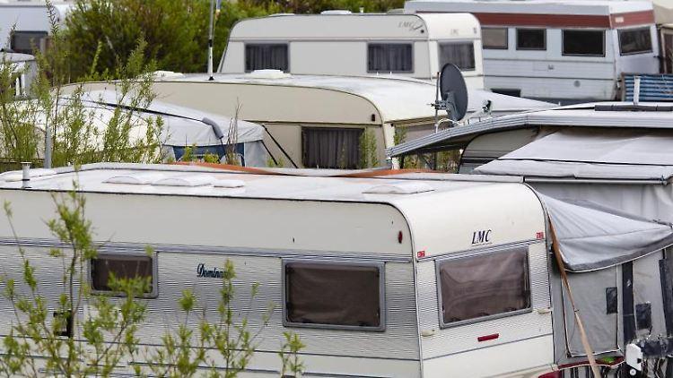 Wohnwagen stehen auf einem Campingplatz. Foto: Frank Molter/dpa/Archiv