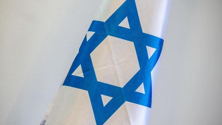 Eine Flagge Israels ist zu sehen. Foto: Arne Immanuel Bänsch/dpa/Archiv