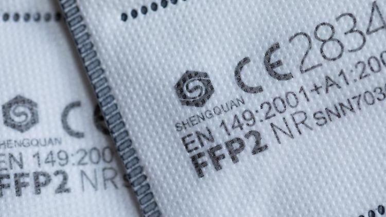 FFP2 Masken mit CE-Zertifizierung liegen auf einem Tisch. Foto: Rolf Vennenbernd/dpa