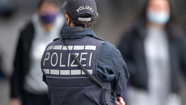 Eine Polizistin steht in der Innenstadt. Foto: Sebastian Gollnow/dpa/Symbol