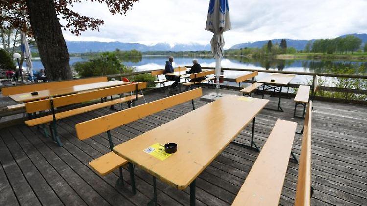 Bei dem durchwachsenen Wetter ist der wieder geöffnete Biergarten am Staffelsee nur schwach Besucht. Foto: Angelika Warmuth/dpa/aktuell
