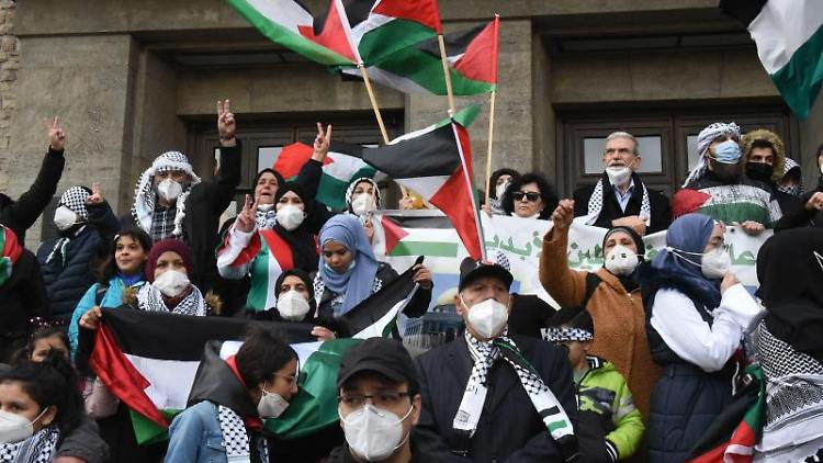 Hunderte von palästinensischen Berlinern gingen auf die Straße, um friedlich zu protestieren. Foto: Sean Smuda/ZUMA Wire/dpa/aktuell