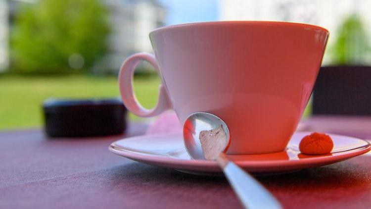 Eine Tasse Milchkaffee steht auf einem Tisch eines Restaurants. Foto: Klaus-Dietmar Gabbert/dpa-Zentralbiild/dpa/Archivbild