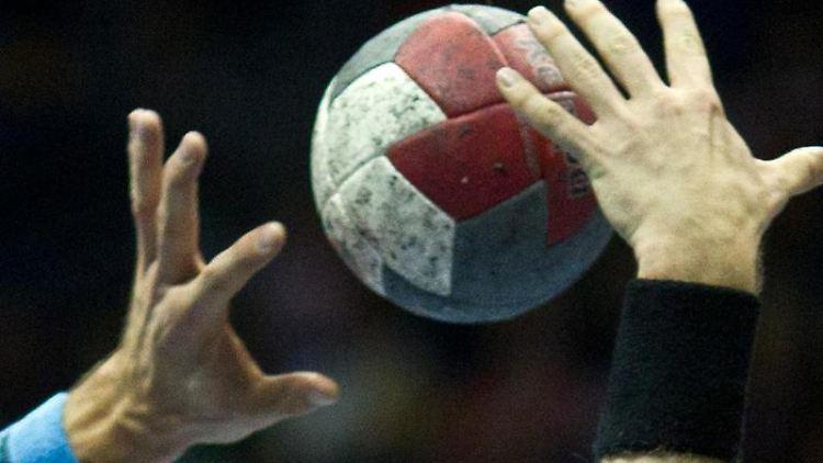 Spieler versuchen an denBall zu kommen. Foto: Jens Wolf/dpa-Zentralbild/dpa/Archivbild