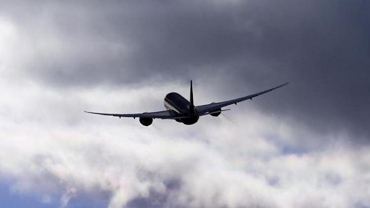 Ein Flugzeug fliegt vor einem bewölkten Himmel. Foto: Soeren Stache/dpa-Zentralbild/ZB/Symbol