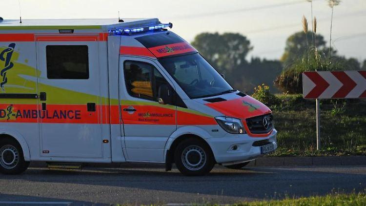 Ein Rettungswagen ist mit Sondersignal im Einsatz. Foto: Patrick Seeger/dpa/Symbol