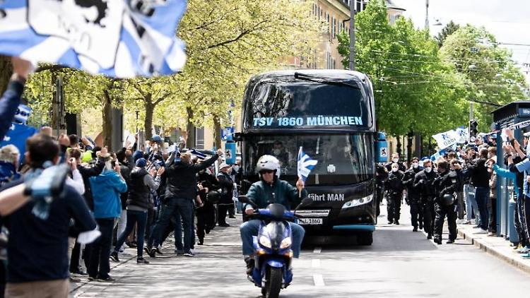 Hunderte Fans empfangen den Mannschaftsbus von 1860 München am Grünwalder Stadion. Foto: Matthias Balk/dpa/aktuell