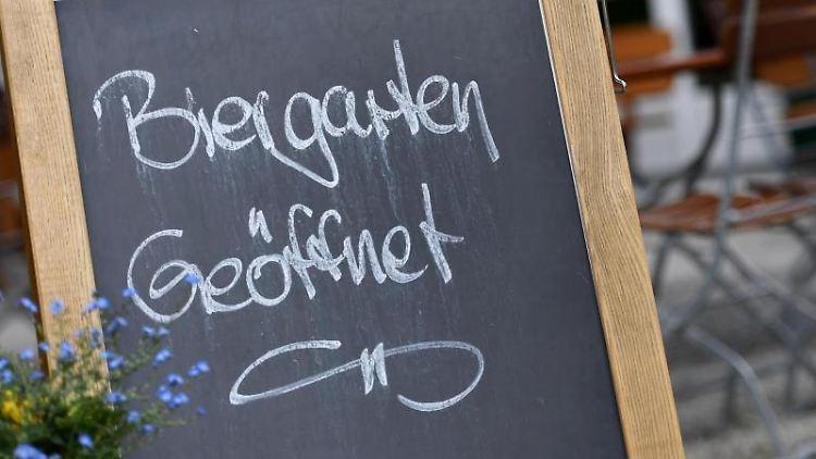 """""""Biergarten geöffnet"""" ist vor einem Gastgarten zu lesen. Foto: Angelika Warmuth/dpa/Archivbild"""