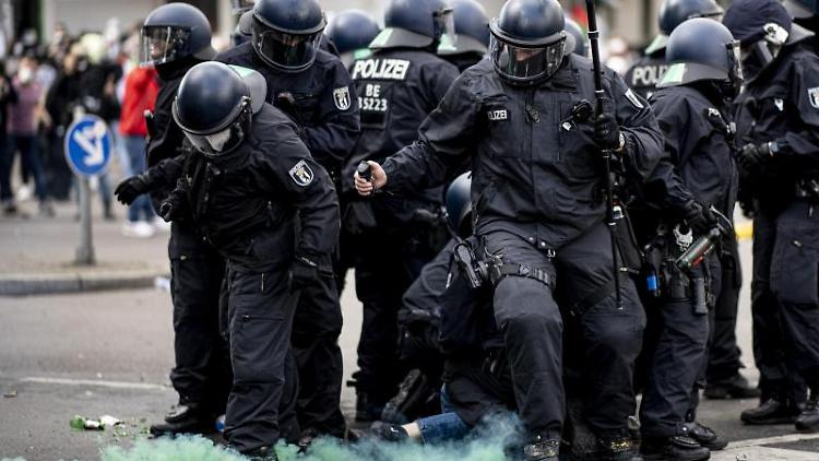 Die Polizei halten eine Teilnehmerin der Demonstration verschiedener palästinensischer Gruppen in Neukölln fest. Foto: Fabian Sommer/dpa/Archivbild