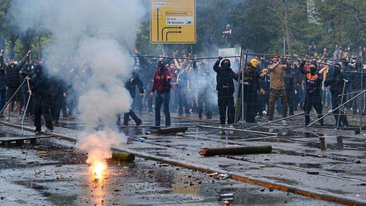 Dynamofans randalieren vor dem Stadion. Foto: Robert Michael/dpa-Zentralbild/dpa