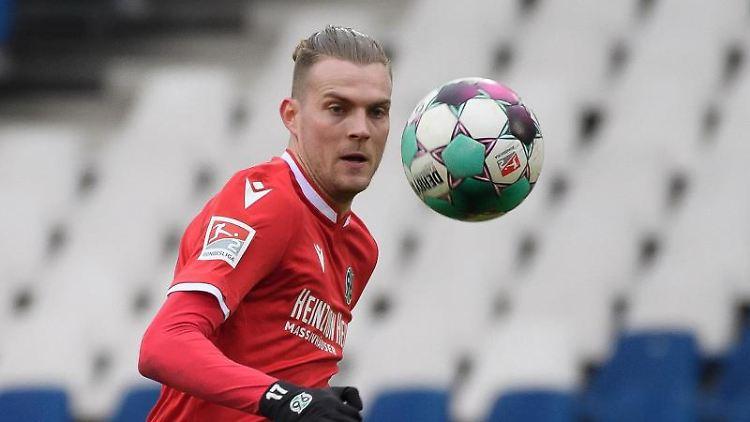 Marvin Ducksch spielt den Ball. Foto: Swen Pförtner/dpa/Archivbild