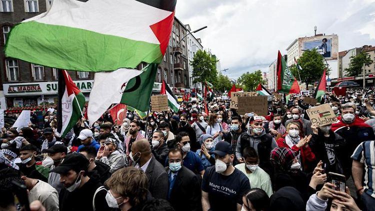 Teilnehmer der Demonstration verschiedener palästinensischer Gruppen gehen durch Neukölln. Foto: Fabian Sommer/dpa/Archivbild