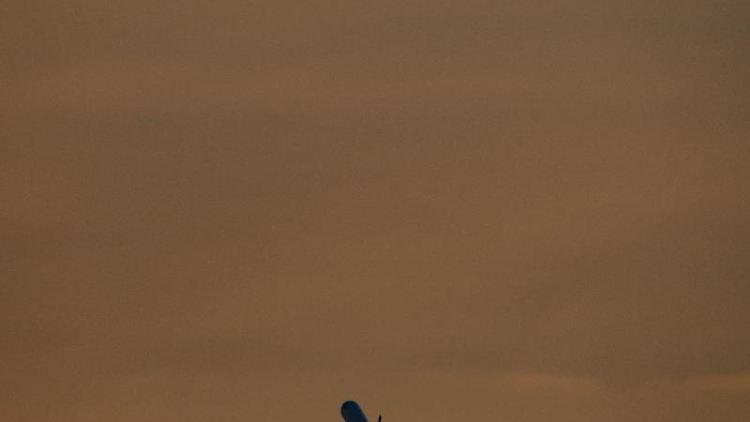 Eine Passagiermaschine startet von einem Flughafen. Foto: Boris Roessler/dpa/Archivbild