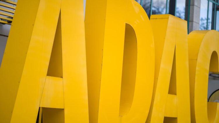 Der Schriftzug des ADAC steht vor dem Gebäude am Sitz des Automobilclubs. Foto: Daniel Karmann/dpa/Archivbild