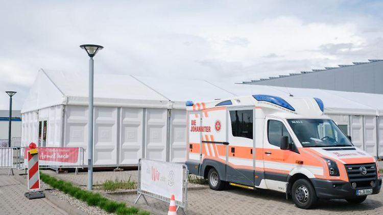 Ein Rettungswagen steht vor dem Impfzentrum des Rossmann Konzerns. Foto: Ole Spata/dpa